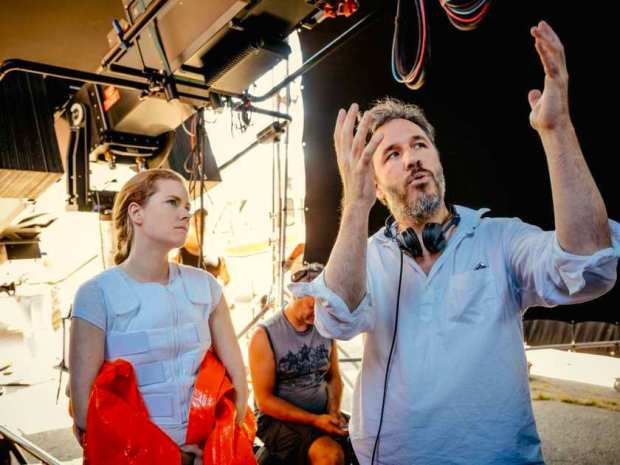 arrival-l-r-amy-adams-and-director-denis-villeneuve-on-th.jpeg